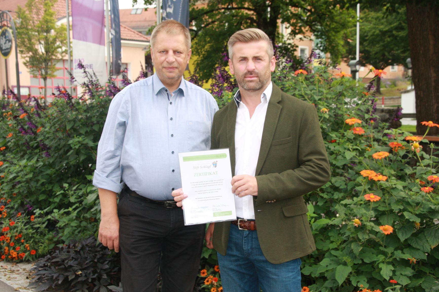 Übergabe Zertifikat für Baumkauf | Böhmerwald, Stift Schlägl